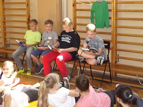 """""""Jak nie czytam, jak czytam?! – Akcja masowego czytania w szkole w Widomej"""