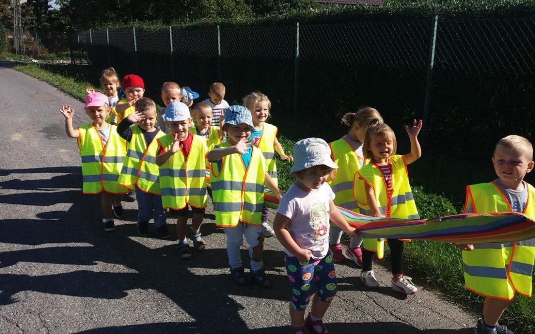 Odblaskowy spacer przedszkolaków