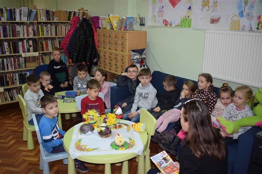 Wielkanocne spotkanie z przedszkolakami w bibliotece w Iwanowicach.