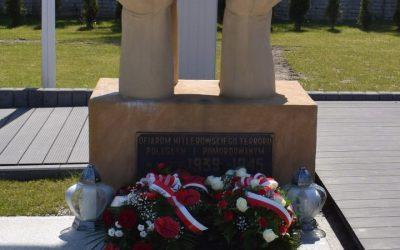Złożenie kwiatów pod pomnikiem upamiętniającym poległych w II Wojnie Światowej.